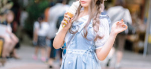 ソフトクリームを持つ女性