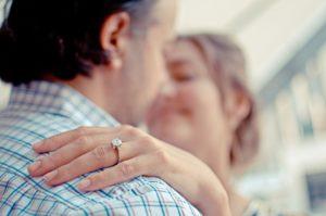 指輪をした女性