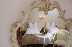 鏡とベッド