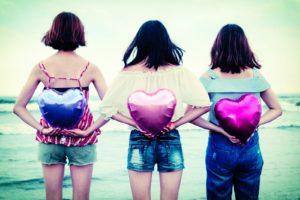 ハートを持つ3人の女性