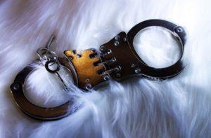 手錠とフワフワ